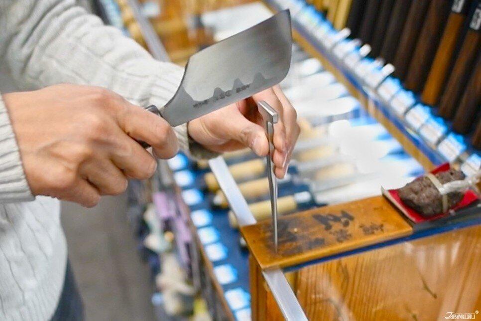 刀面可以直接用來敲打固定鰻魚的鐵釘