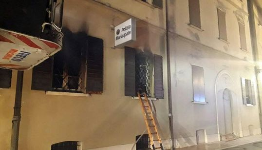 """SALVINI MONTA SUL ROGO DI MIRANDOLA - Nordafricano incendia sede della polizia, muoiono due anziane. Il leghista twitta: """"Azz..."""