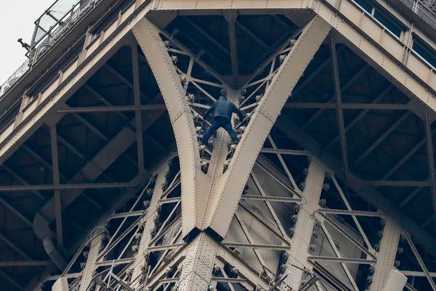 Scala a mani nude la Torre Eiffel e rimane 7 ore sospeso nel