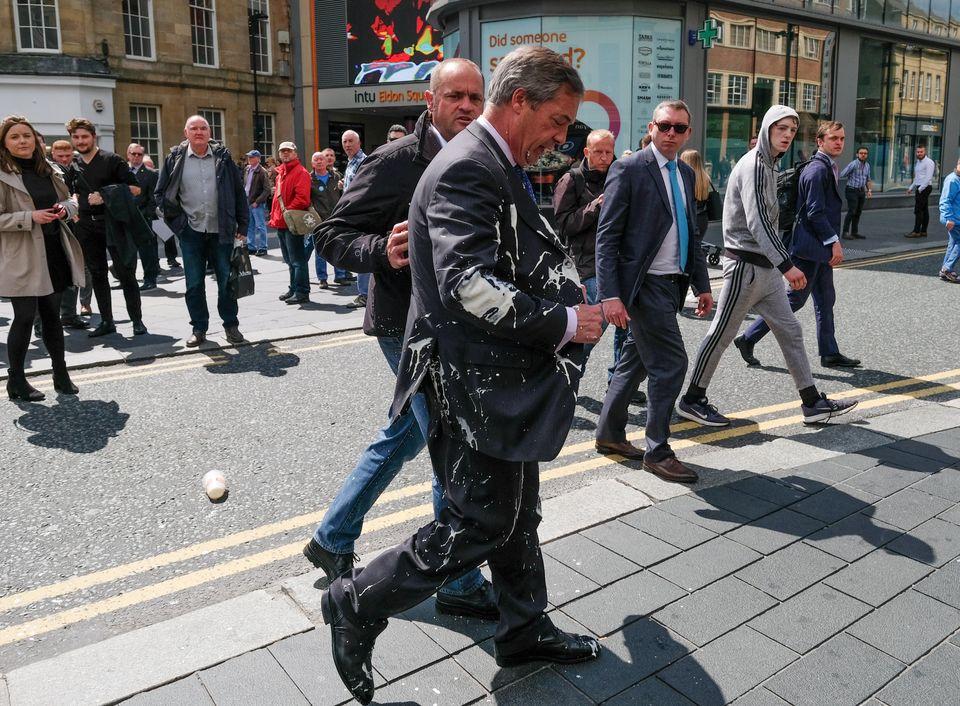 밀크쉐이크가 요즘 영국에서 최고의 시위 도구로 떠오른