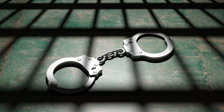 Evade dai domiciliari e torna in carcere: