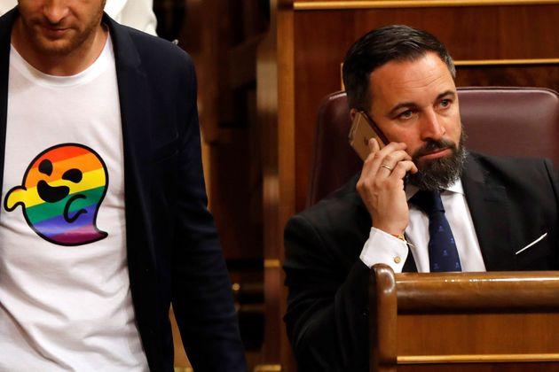 Estos diputados del PSOE llevan al Congreso unas camisetas con una imagen que es todo un golpe a
