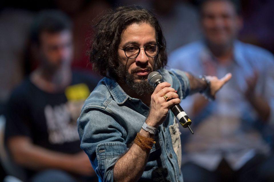 Jean Wyllys da un discurso durante un mitin de partidos progresistas en Río de Janeiro el 2 de...