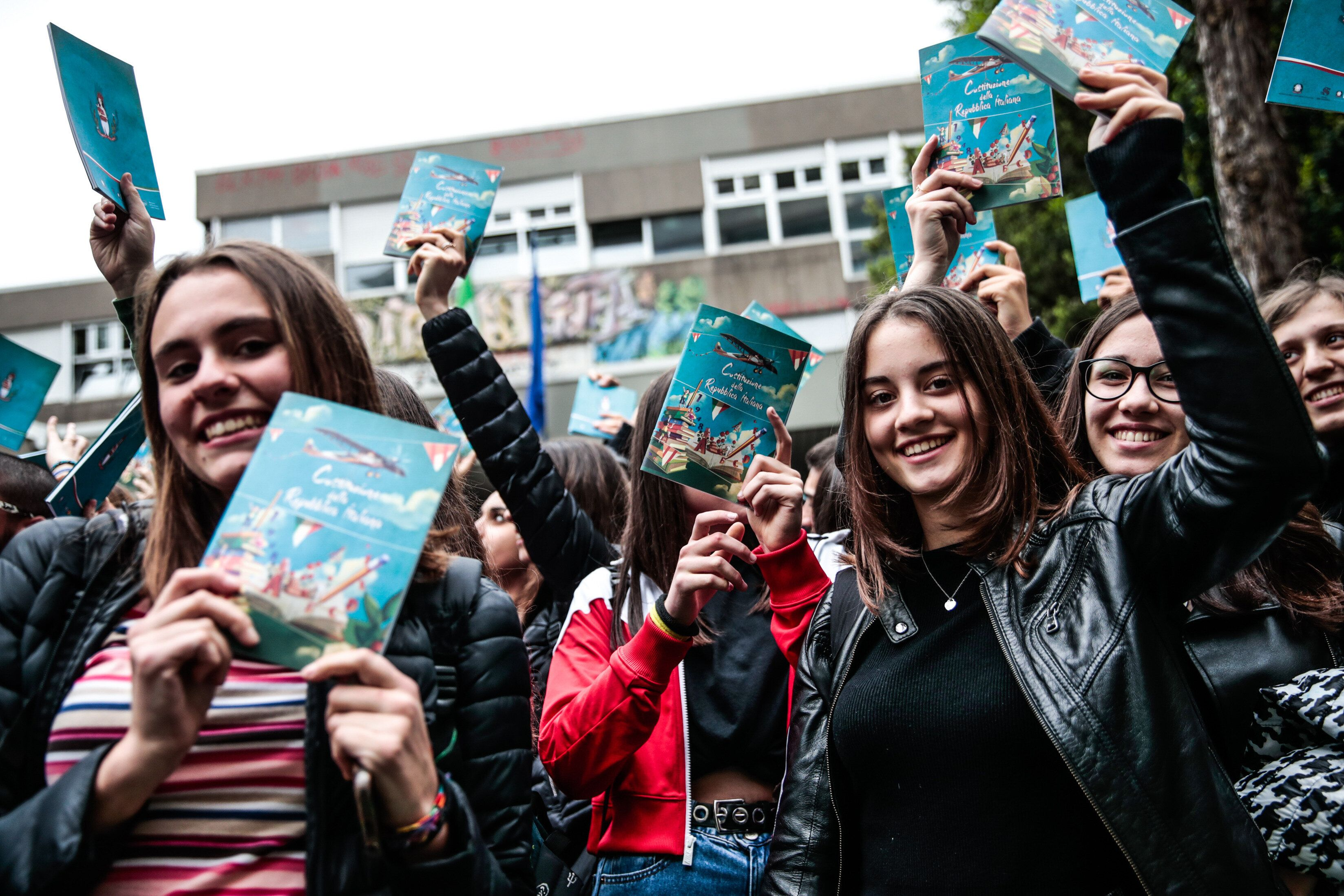 A Roma gli studenti recitano la Costituzione in segno di solidarietà della prof di