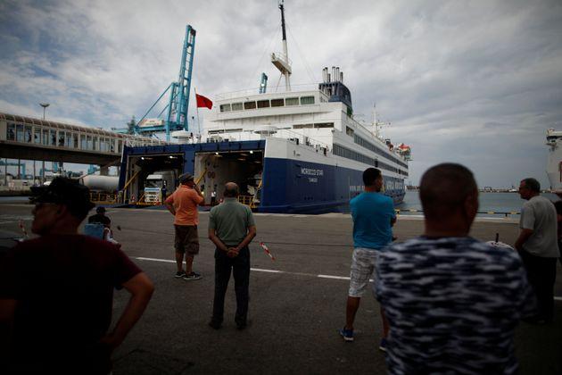 Des passagers attendent pour prendre un ferry pour le Maroc au port d'Algésiras, en Espagne, le...