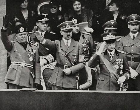 Mussolini (izquierda) y Hitler