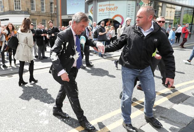 Nigel Farage, ayer lunes, en una de las imágenes de la campaña: bañado en el batido...