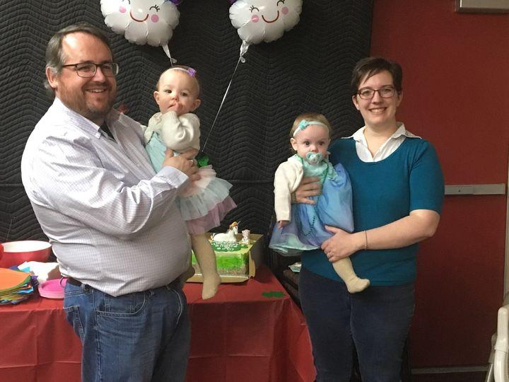 Danielle Weil a dans ses bras sa fille Emme, qui est atteinte de fibrose kystique. Son autre fille, Erin (à gauche), n'a pas la maladie.