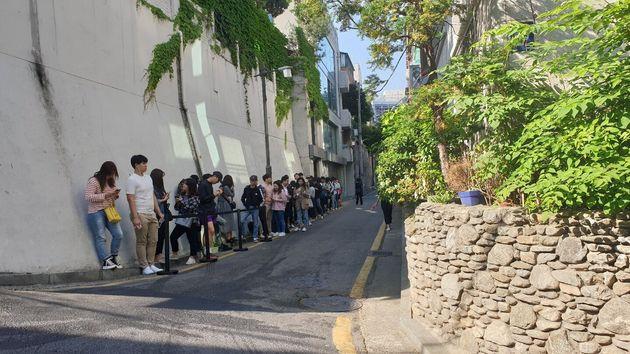 22일 오전, 서울 강남구 인앤아웃 버거 팝업스토어를 기다리는 사람들. 다른 골목까지 길게 줄을 서