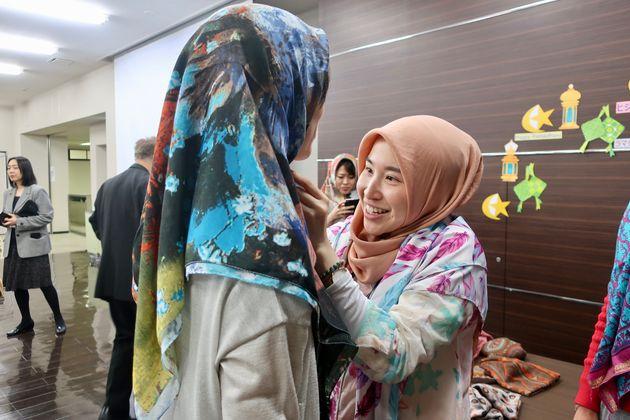 ヒジャブ試着会。インドネシア出身のアランナさん(右)。