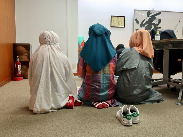 礼拝をするムスリム社員