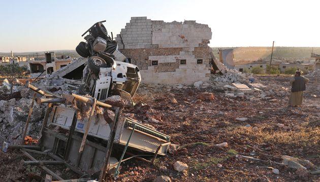 Un Syrien au milieu des ruines de la ville de Kafranbel, près d'Idleb, dans une partie du pays...