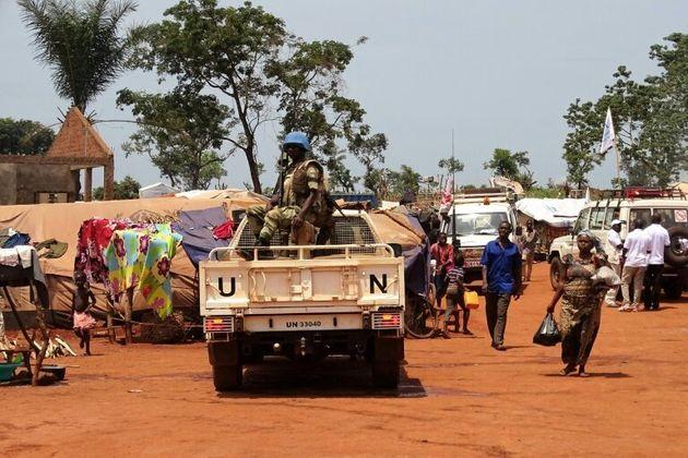 Los cascos azules patrullan la ciudad de Bria, en la República Centroafricana, el 12 de junio...