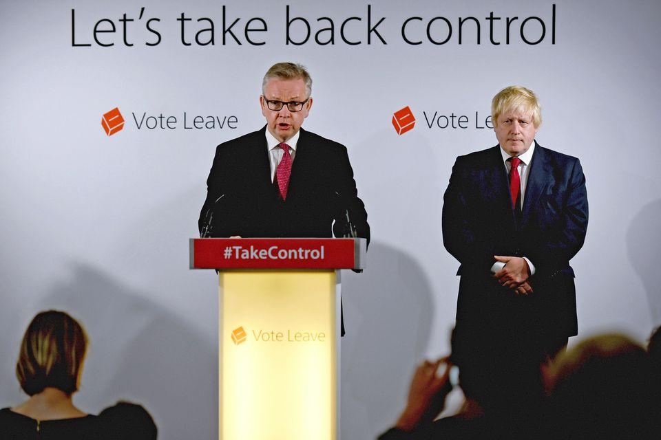 2016년 브렉시트 국민투표 직후, '탈퇴' 선거운동에 참여했던 마이클 고브(가운데)와 보리스 존슨(오른쪽)이 기자회견을 하는 모습.