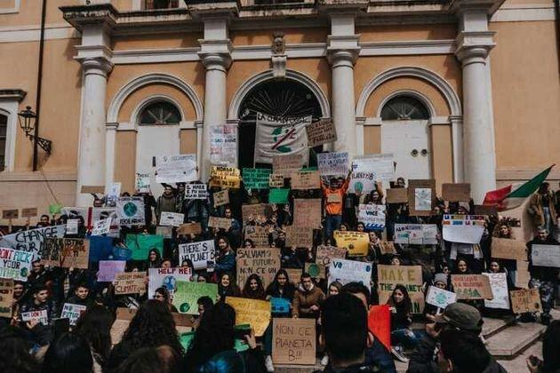 Sindacati e associazioni laiche e religiose sostengano gli studenti per il