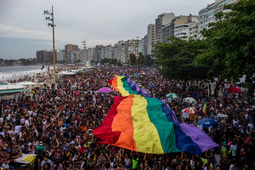 코파카바나 해변에서 열린 게이 퍼레이드(Pride Parade)에 등장한 거대한 레인보우 깃발. 브라질, 리우데자네이루. 2018년