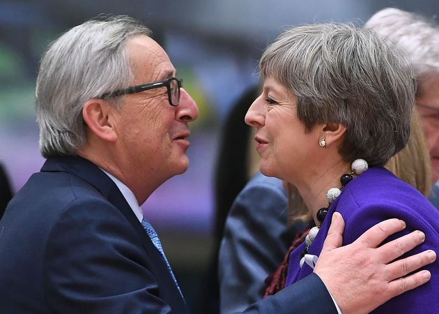 Theresa May y Jean-Claude Juncker se saludan antes de la cumbre de líderes de la UE celebrara...
