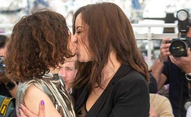 En vidéo, Lubna Azabal s'excuse après le baiser polémique de