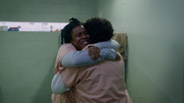 'Crazy Eyes' (Uzo Aduba) abraça Cindy (Adrienne C. Moore) em cena da sétima temporada de...