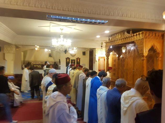 Les invités présents ont prié devant l'Arche sainte de Beth-El, où...