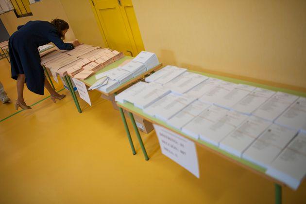 Una mujer repasa las papeletas, en las últimas elecciones municipales y autonómicas de...