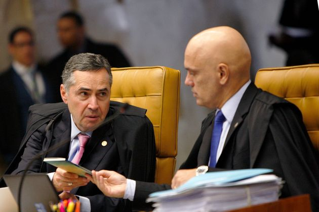 Ministros dos STF (Barroso à esquerda e Alexandre de Moraes à direita) em sessão...