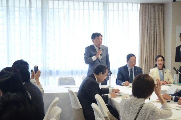 発起人会で挨拶する松野博一元文科相