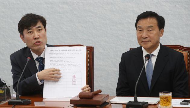 하태경 바른미래당 의원이 지난 22일 오전 서울 여의도 국회에서 열린 임시 최고위원회의에서 최고위원회 소집 요청서를 들고 발언을 하고