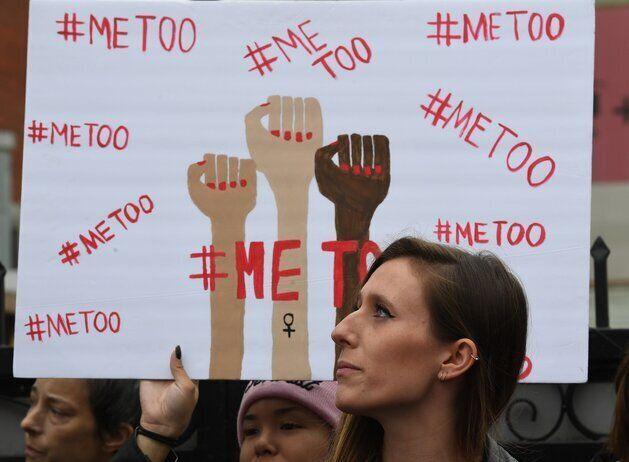 「#MeToo」と声を上げる女性のイメージ