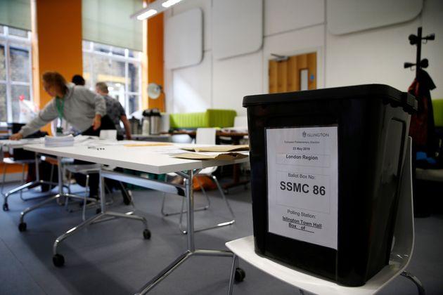 Άνοιξαν οι κάλπες των Ευρωεκλογών σε Βρετανία και