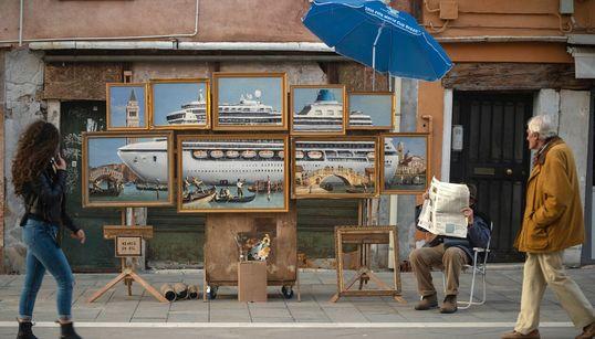 Il blitz di Banksy a Venezia: espone le opere a piazza San Marco ma i vigili lo
