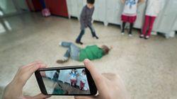 Gli sbatte la testa sul banco di scuola: 15enne rischia di perdere