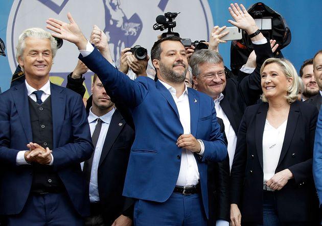Geert Wilders y Marine Le Pen rodean a Matteo Salvini, en el macromitin de la ultraderecha europea, el...