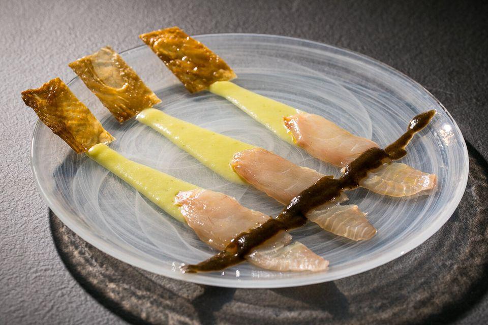 Fish& Chicks è composto da ricciola, pelle di pollo, leche de tigre e pomodoro