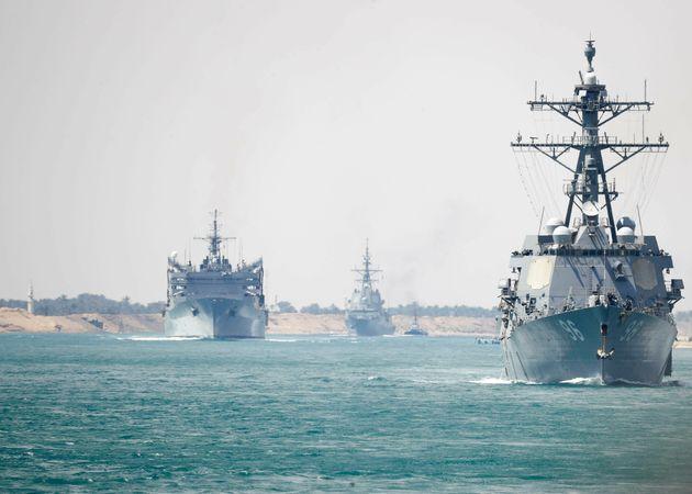 El portaaviones estadounidense Abraham Lincoln junto a otros buques mientras atraviesan el canal de