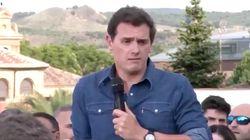 Rivera rompe una foto de Josu Ternera en su pueblo natal, donde cientos de personas boicotean un acto de