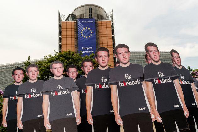 Protesta del movimiento Avaaz en Bruselas por las publicaciones en Facebook, en mayo de