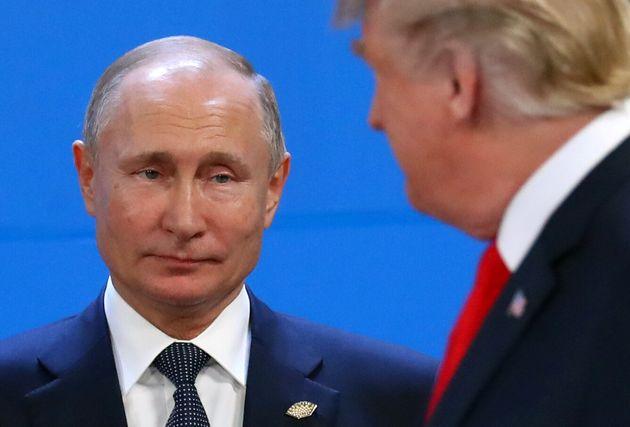 Vladimir Putin mira a Donald Trump, durante el encuentro del G20 en Argentina, el pasado 30 de