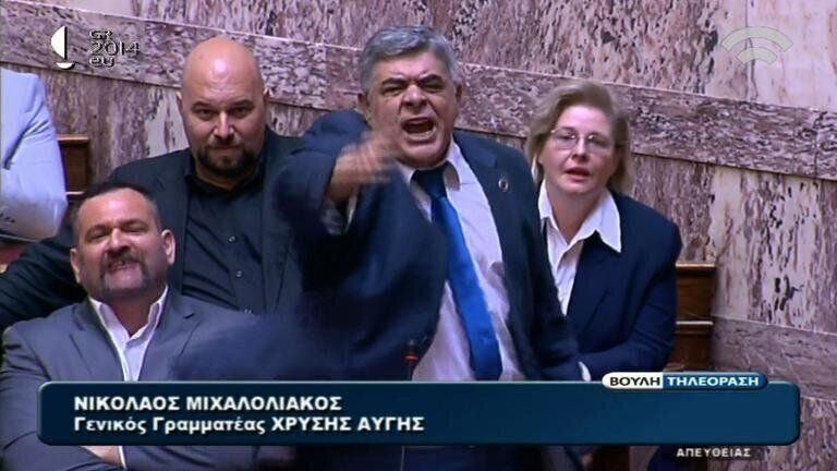 Nikolaos Michaloliakos (centro), del partido griego de extrema derecha Amanecer Dorado, tal vez obtenga...
