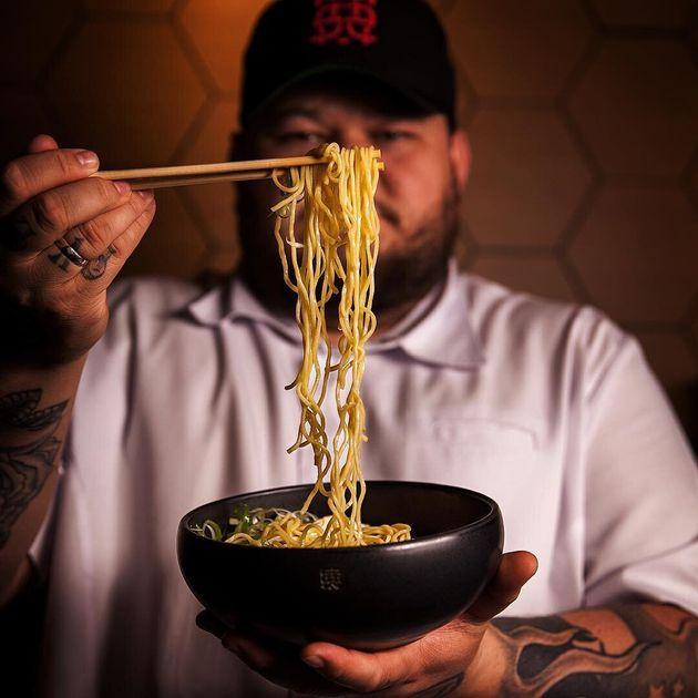 O chef Thiago Bañares, do Tan Tan Noodle
