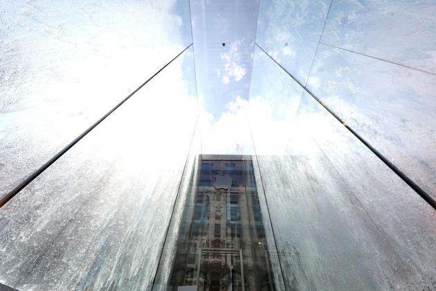 Turista francese fa un bagno nuda in centro a Milano:
