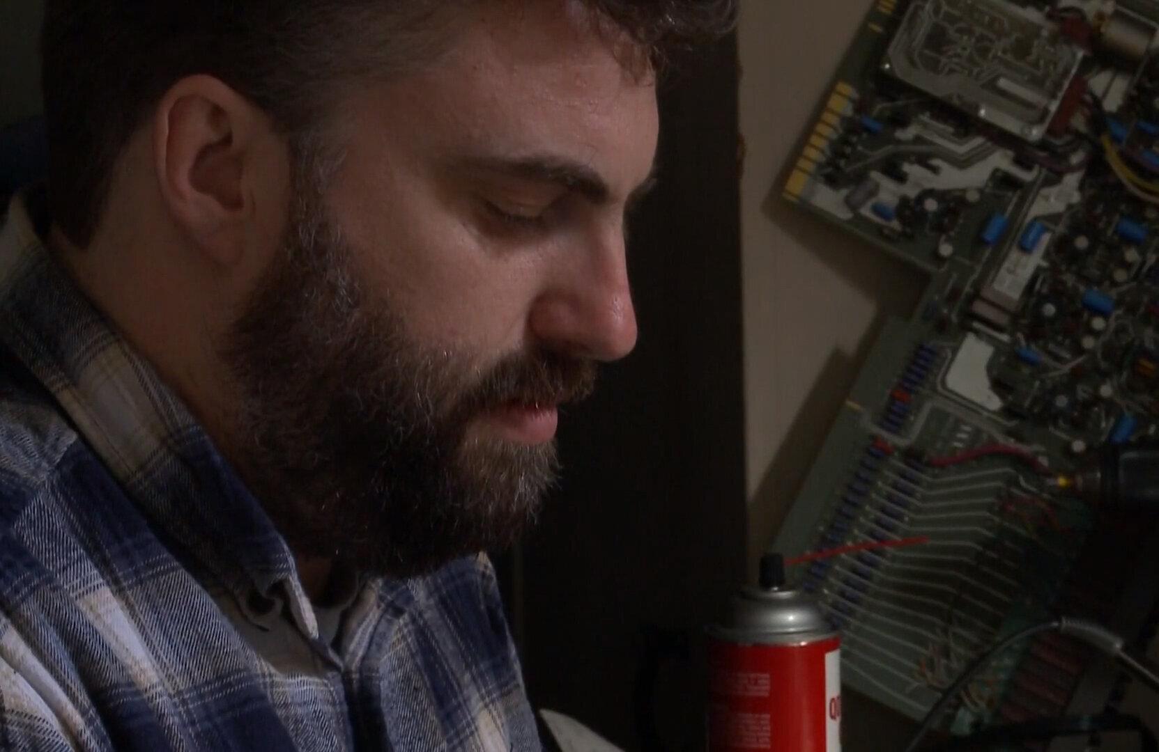 Un tecnico ripara uno strumento musicale degli anni '60. E finisce sotto effetto di Lsd per 9