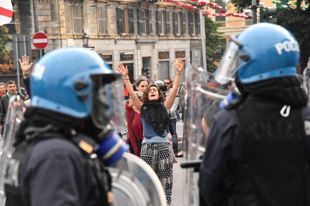 Scontri tra antifascisti e polizia a Genova durante il comizio di Casapound: manifestanti