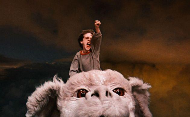 Bastian (Barret Oliver) voa nas costas do dragão Falkor (sim, ele era um dragão, não...