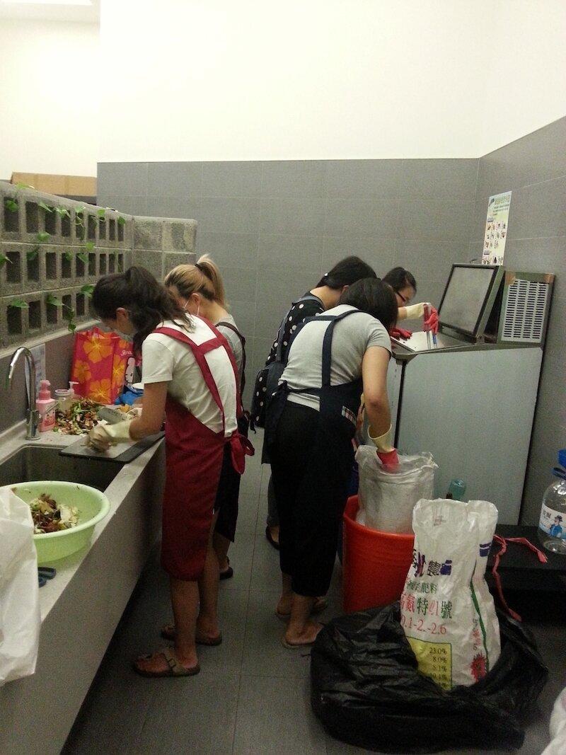 ▲社區環保室內有志工隊協助分類、處理廚餘。大毅樹幸福提供