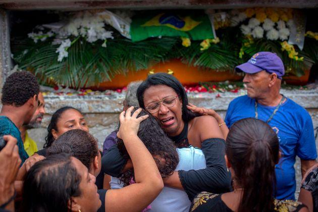 Parentes se despedem do corpo deEvaldo Rosa dos Santos, morto pelo