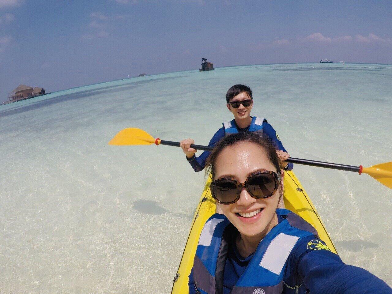 ▲卡尼島有各式各樣的活動,完全不怕無聊,楊千霈與先生一起划獨木舟。