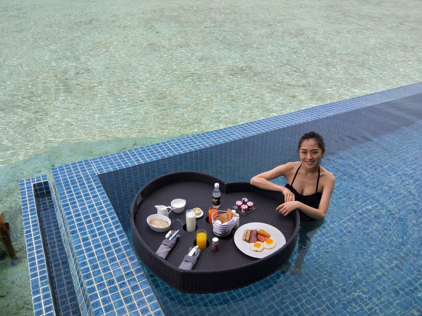 ▲楊千霈在卡尼芙島享受飄浮早餐。