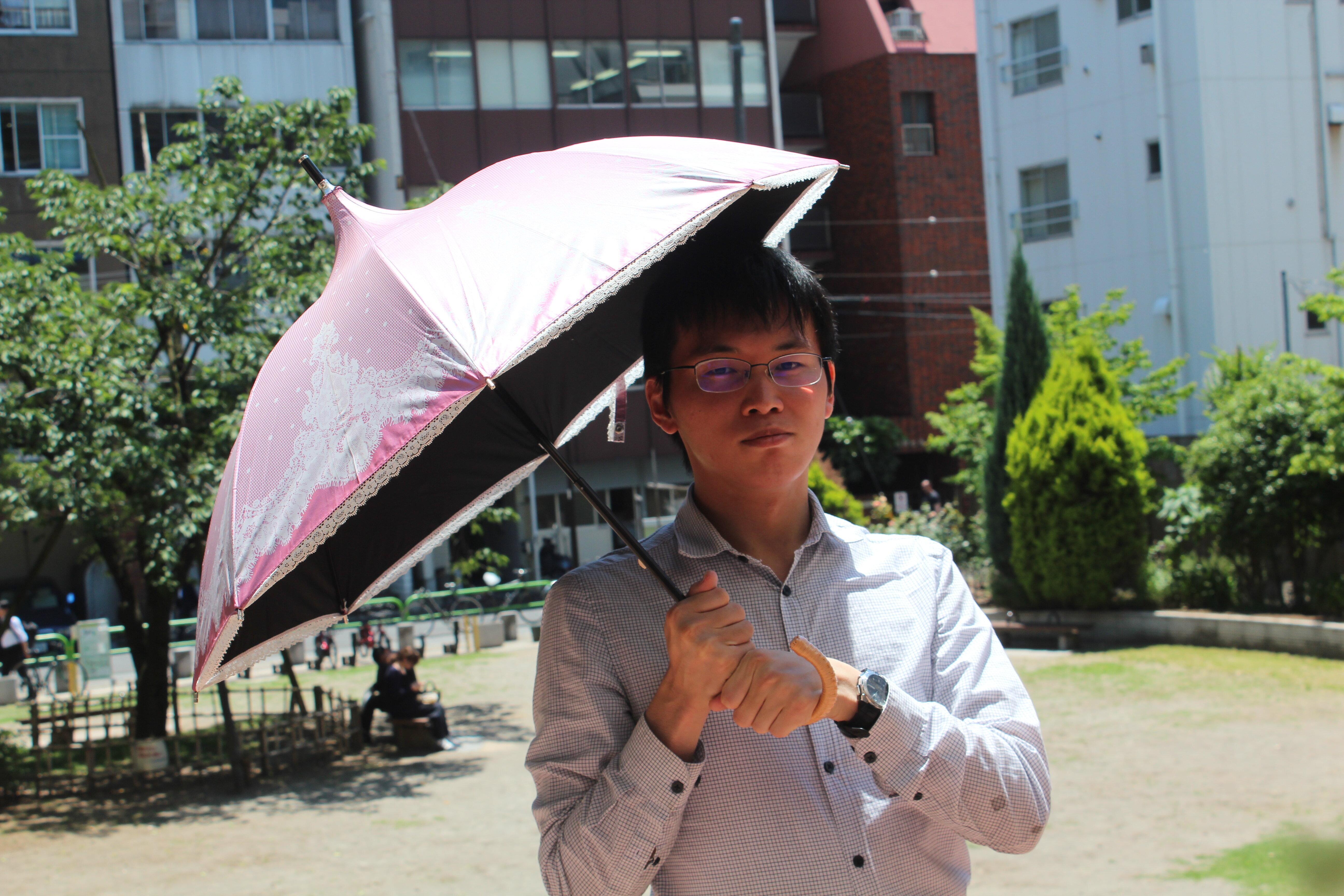 男が日傘をさすのは「娘(にゃん)」なのか?