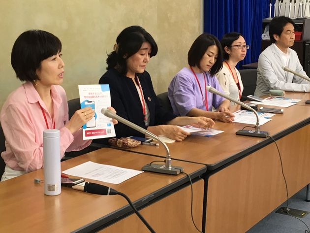 「就活ハラスメント」ゼロ!プロジェクトの発足記者会見で説明する小島慶子さん(手前)